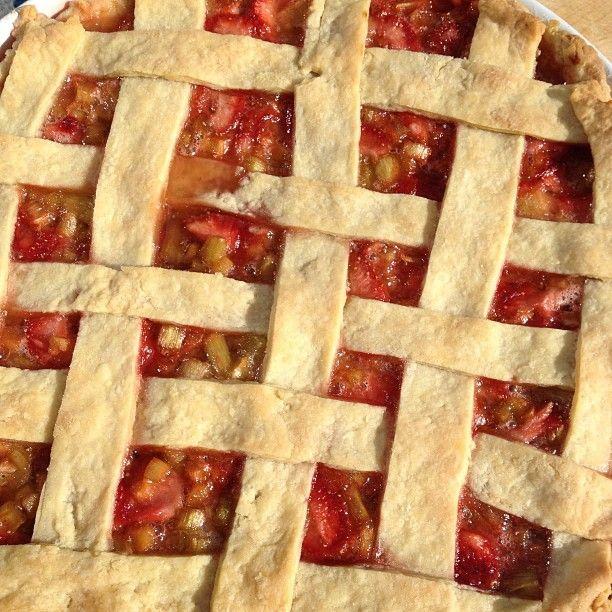 Årets første #pai #rabarbra #jordbær #pie #strawberry #rhubarb #nydelig #sommer #sommermat #food #sun #happy #lifeisgood #liveterherlig #instafood #mat #heimlaga #trines_inspirasjon #enkeltoggreit