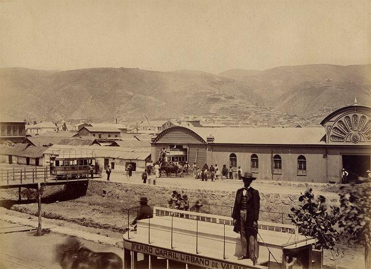"""Posar sobre un """"Carro de Sangre"""" o también llamado """"Ferrocarril urbano"""", no debe haber sido fácil para la época (1870s). Al parecer sería Avenida Argentina de Valparaíso y el Estero Las Delicias, años antes de ser canalizado y pavimentado. Fotografía de Pedro E. Garreaud."""