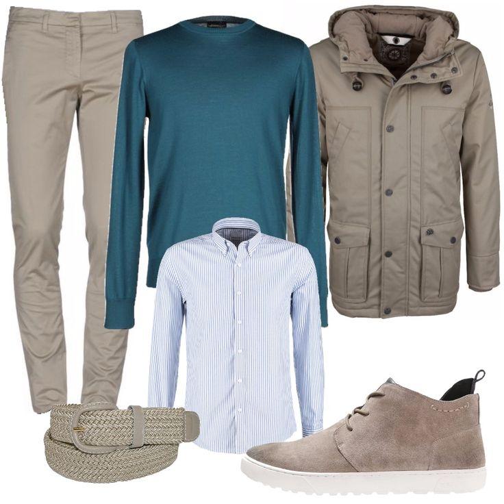Pantalone beige freddo con sneaker alla caviglia scamosciata dello stesso colore. La cintura, sempre tono su tono. Sopra una camicia rigata chiara, bianca e azzurra, e un maglione verde petrolio. Per uscire, una giacca sportiva beige con cappuccio e tante comode tasche.