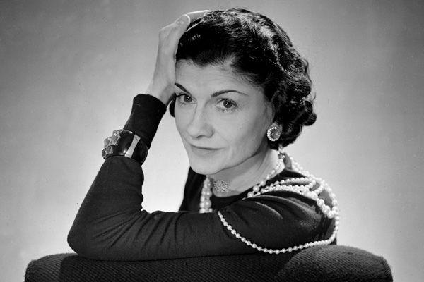 Coco Chanel, seudónimo de Gabrielle Chanel (Saumur, Francia, 19 de agosto de 1883 - París, 10 de enero de 1971),1 fue una diseñadora de alta costura francesa fundadora de la marca Chanel. Es la única diseñadora de moda que figura en la lista de las 100 personas más influyentes del siglo XX de la revista.Fue una de las modistas más prolíficas de la historia y una de las más innovadoras durante la Primera Guerra Mundial