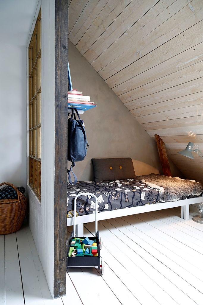 Låg platsbyggd säng vid snedtak.