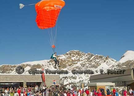 Atterrissage d'un parachute à Bezou.