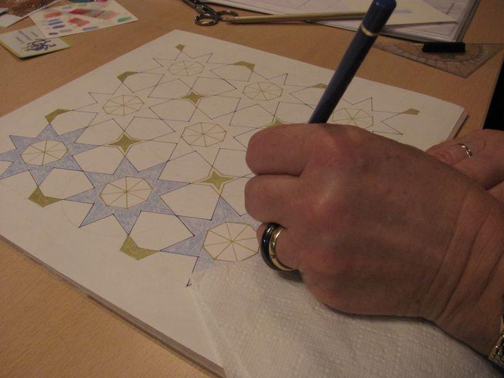 Ook onze groep maakt - op de aangegeven manier (Islamitische patronen-EricBroug) - een tegel en ervaart wat dat met je doet...