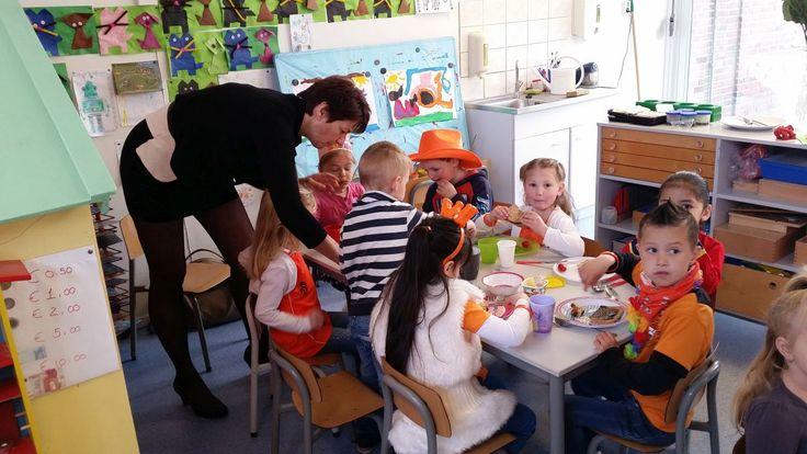 """MEDEMBLIK - Vrijdag 24 april stond openbare basisschool """"de Meridiaan""""in Medemblik helemaal in het teken van Koningsspelen 2015 en was wethouder Joset Fit als speciale gast aanwezig. In een fleurig..."""