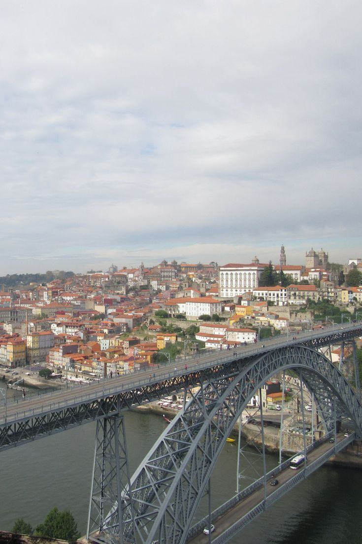 A Ponte D. Luis I na magnífica cidade do Porto em Portugal, é um dos cartões-postais e símbolos da cidade e um miradouro de responsabilidade.