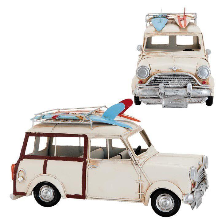 Ben jij liefhebber van vintage modelauto's? Dan kun je uitstekend terecht bij het meubelmerk Clayre en Eef. Zeg nou zelf, deze Modelauto Bessie is toch werkelijk een plaatje? Het ijzeren witte autootje is 16 cm. hoog, 14 cm. breed en heeft een lengte van 29 cm. Leuke details zijn de surfplanken in het bagagerek en de donkerrode lijnen aan de zijkanten. Zelfs aan het stuur en het klepje van de benzinetank is gedacht. Een charmante oldtimer modelauto die gegarandeerd een fijne sfeer brengt in…