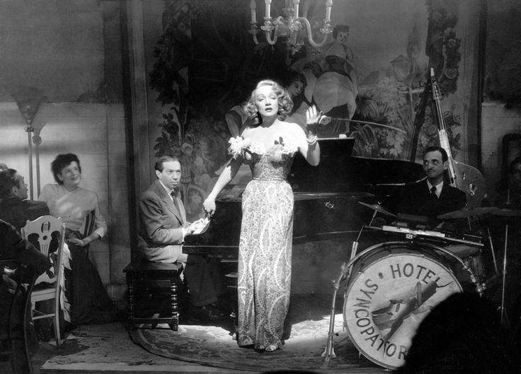 """Fotograma de la película """"Berlín Occidente"""" (1948), dirigida por Billy Wilder y protagonizada por Marlene Dietrich. La música es de Friedrich Hollaender, a quien vemos al piano. Tras exiliarse a Estados Unidos en 1933, continuó su carrera en el cine en títulos como """"Berlín Occidente"""" (de Billy Wilder, 1948,) o """"Los 5.000 dedos del Dr. T"""" (1953). Comentarios y vídeos: http://musicadecomedia.wordpress.com/2013/03/26/friedrich-hollaender-canciones-de-cabaret-y-iii/"""