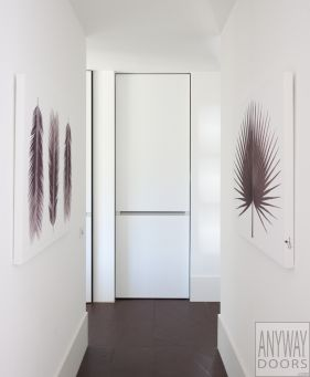 Hoge deuren zonder omlijsting. De inbouwomlijsting wordt centraal in de wand ingebouwd door een vakman met hoekprofielen en pleister. De deur is voorzien van onzichtbare scharnieren en een onderhoudsvriendelijk en krasbestendig deurblad.
