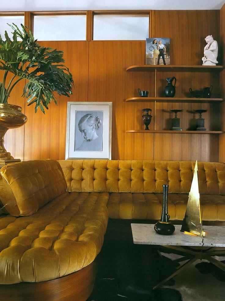 Sala de estar com sofá na cor amarela