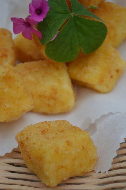 La creatività e i suoi colori: Crema fritta o cremini: ricetta tipica marchigiana Ingredienti  1 litro di latte intero un pezzetto di scorza gialla di limone una bustina di vanillina 6 tuorli gr. 200 di zucchero gr. 150 di farina gr. 30 di fecola di patate  per l'impanatura  2 uova farina  pangrattato zucchero a velo  olio per friggere