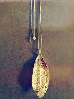 Preciosa hoja de Magnolia bañada en Oro. Si te fijas puedes descubrir los detalles de la hoja impresos en el metal.