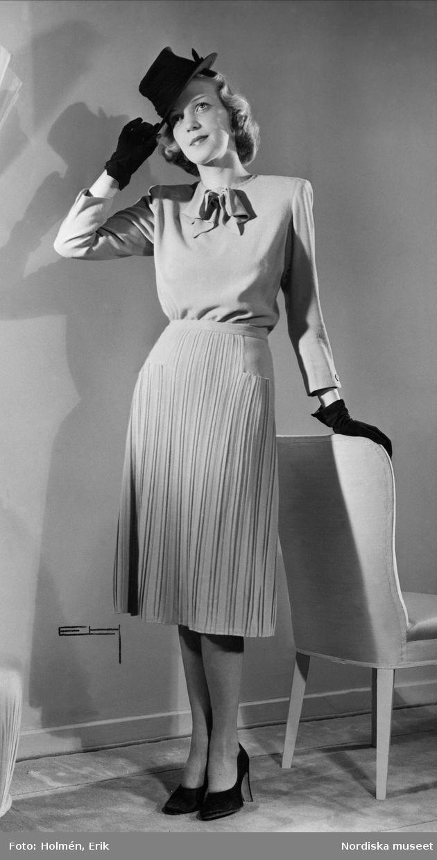 1940. Modell visar en plisserad klänning. Modell: Margit Langlet.  Foto: Erik Holmén för Nordiska Kompaniet