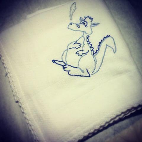 Fraldinha dragão - para os papás Portistas e não só #queridomudeiafralda #bordado #baby #bebé #porto #bordados #embroidery #fcp #azul #dragao #dragon #funny #bordadoamao #handmade