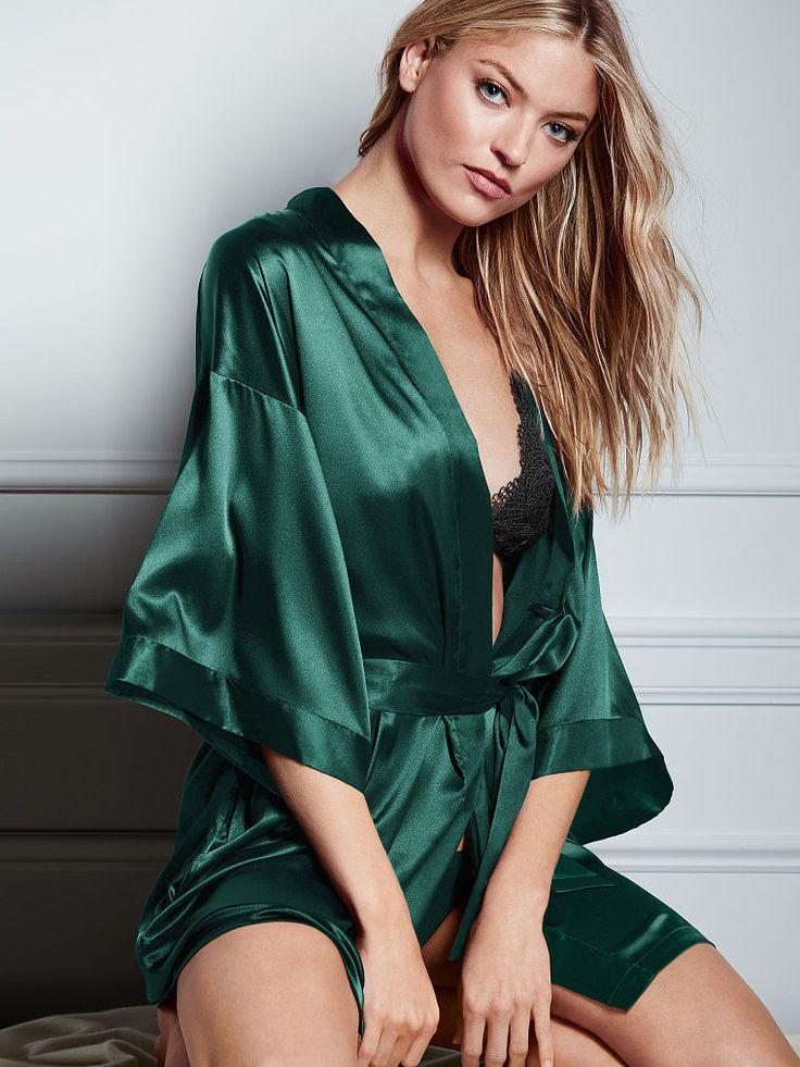 El tiempo de descanso se llena de glamour con el kimono de Victoria's Secret. Compra nuestras colecciones de ropa para dormir y encuentra las batas más suaves y elegantes.