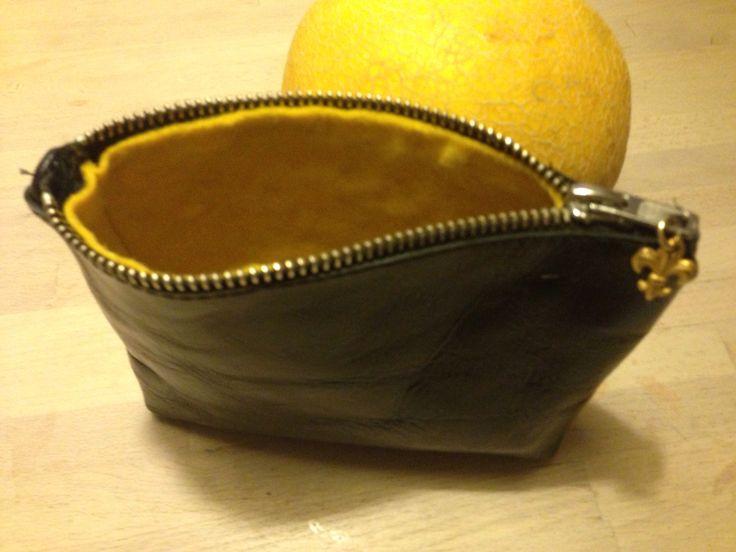 Kosmetikpung i sort læder med foer i gult filt