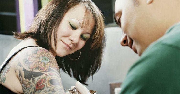 Como cuidar de uma tatuagem colorida nova. A pele precisa de até 45 dias para se recuperar após uma tatuagem colorida, entretanto, ela sara consideravelmente dentro de aproximadamente uma semana e parece completamente curada em aproximadamente duas semanas. Depois que o tatuador terminar o novo desenho colorido na pele de um cliente, a responsabilidade é repassada para que a pessoa tatuada ...