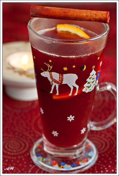 1/2 апельсина 1/2 лимона 1/3 л красного сухого вина 1/2 л черного чая 1/4 л свеже выжатого апельсинового сока 1/2 палочки ванили, разрезанной вдоль пополам 1 палочка корицы 4 гвоздики сахар по вкусу 100 мл рома