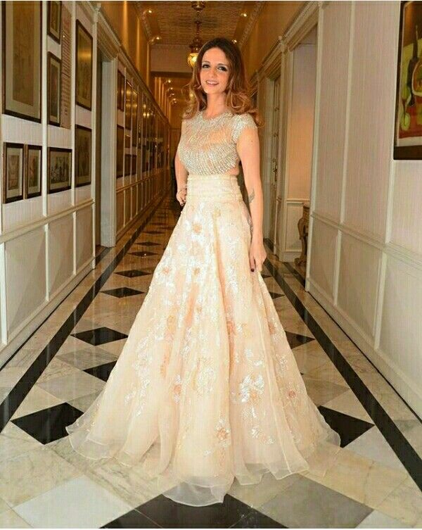 Suzanne khan looking super gorgeous in designer outfit by@abujanisandeepkhosla