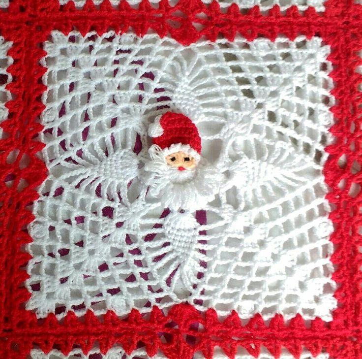 Detalle de cubrecama navideño tejido   en lana a crochet.