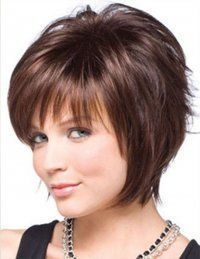 Каштановый цвет хорошо смотрится на короткой стрижке для тонких волос с асимметричной челкой и рваными прядями  и гармонирует с дневным макияжем для серо-зеленых глаз