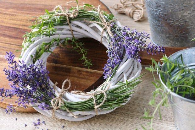 Kvetoucí levanduli nelze odolat. Když ji usušíte, stále bude krásná. Zkuste podle našeho fotonávodu levandulový věneček.