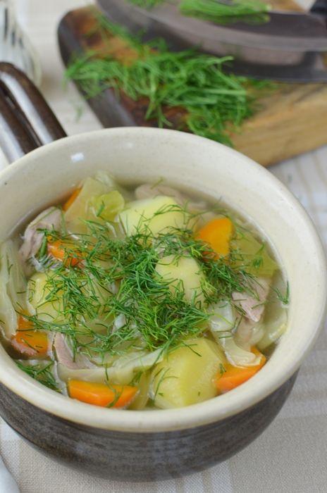 Młode ziemniaki, kapusta i pęczek koperku i parzybroda z młodej kapusty już prawie gotowa. Pyszna zupa z kuchni wielkopolskiej. Sprawdź nasz przepis :)