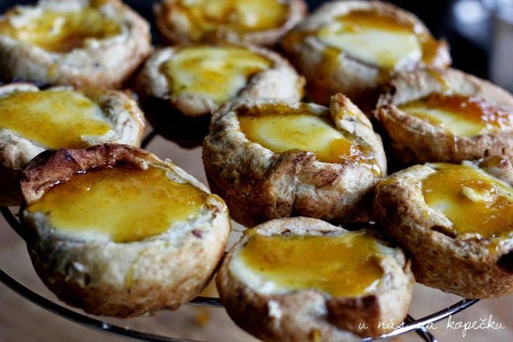 U nás na kopečku: Portugalské koláčky ... - Lístkové cesto - > škoricové slimáky -> placička do mufinového plechu -> upiecť. -> Smotana + vanilkový cukor + vajíčko - zmiešať -> naliať do predpečených košíčkov -> upiecť. -> Preliať pomarančovým karamelom (nie je nutné)