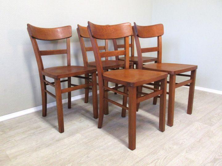 Liebe Vintage-Freunde, Hier bieten wir euch insgesamt fünf schöne alte Holzstühle aus Buchenholz an. Die Stühle sind allesamt neu verleimt, gereinigt, angeschliffen und geölt. Sie haben einen schönen Holzton in mittel bis dunkelbraun mit leichtem Rot-Anteil. Sie lassen sich so wunderbar mit anderen Vintage Möbelstücken kombinieren und eignen sich besonders gut für gemischte Stuhl-Sets... #Holzstühle #Küchenstühle #Holzstuhl #woodenchair #woodenchairs #IndustrieDesign #BauhausStil #BauhausÄra
