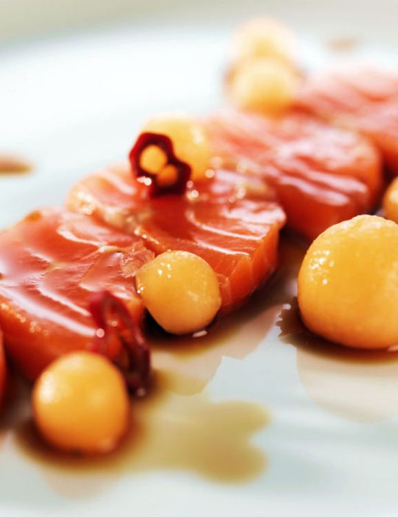 Sashimi de truite accompagné d'une sauce Ponzu