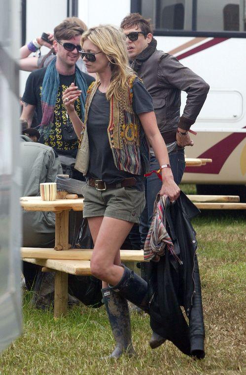 Les looks de Kate Moss au festival de Glastonbury, look folk, bottes de pluie, short militaire kaki