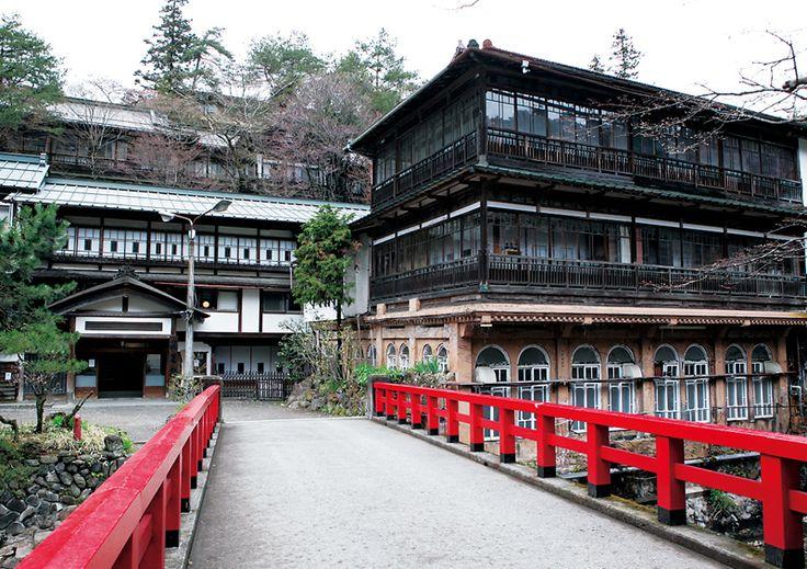 320年もの歴史をもつ日本最古の木造湯宿建築である群馬県・四万温泉にある「積善館」は、大人気ジブリ映画「千と千尋の神隠し」の制作の前に、宮崎駿監督がこの旅館を訪れた話と、映画にでてくる湯屋や世界観が類似点が多いということから、映画のモデルになったのでは!と人気になっています!