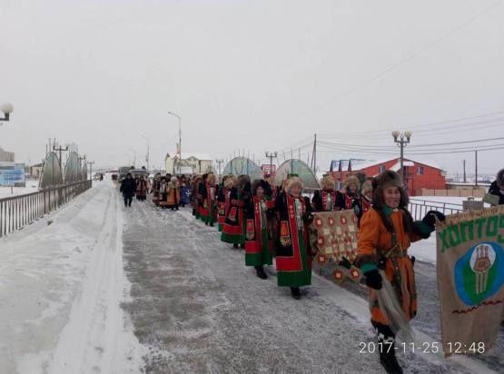 25 ноября жители Чурапчинского и Сунтарского улусов в честь Дня Олонхо провели шествие в национальных костюмах.  Источник: …