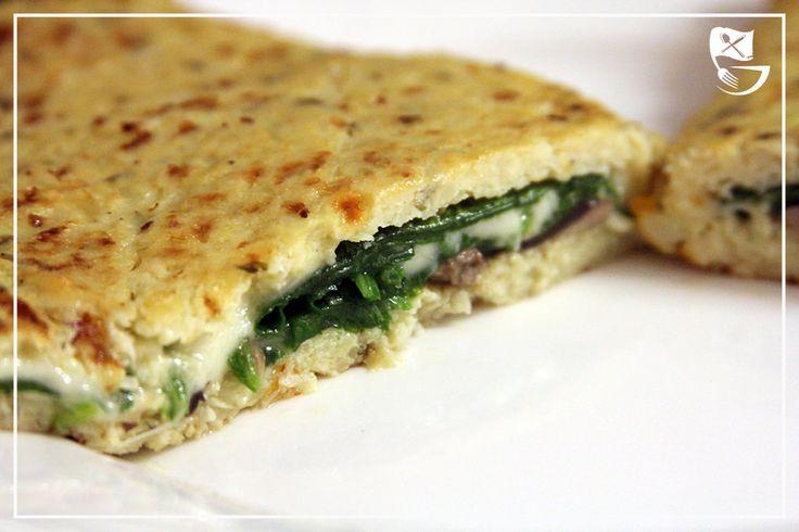 Diese Calzone ist nicht nur Low Carb, also kohlenhydratarm, sondern auch noch glutenfrei, frei von Soja uns sehr ballaststoffreich! DER Low Carb Pizzaboden!
