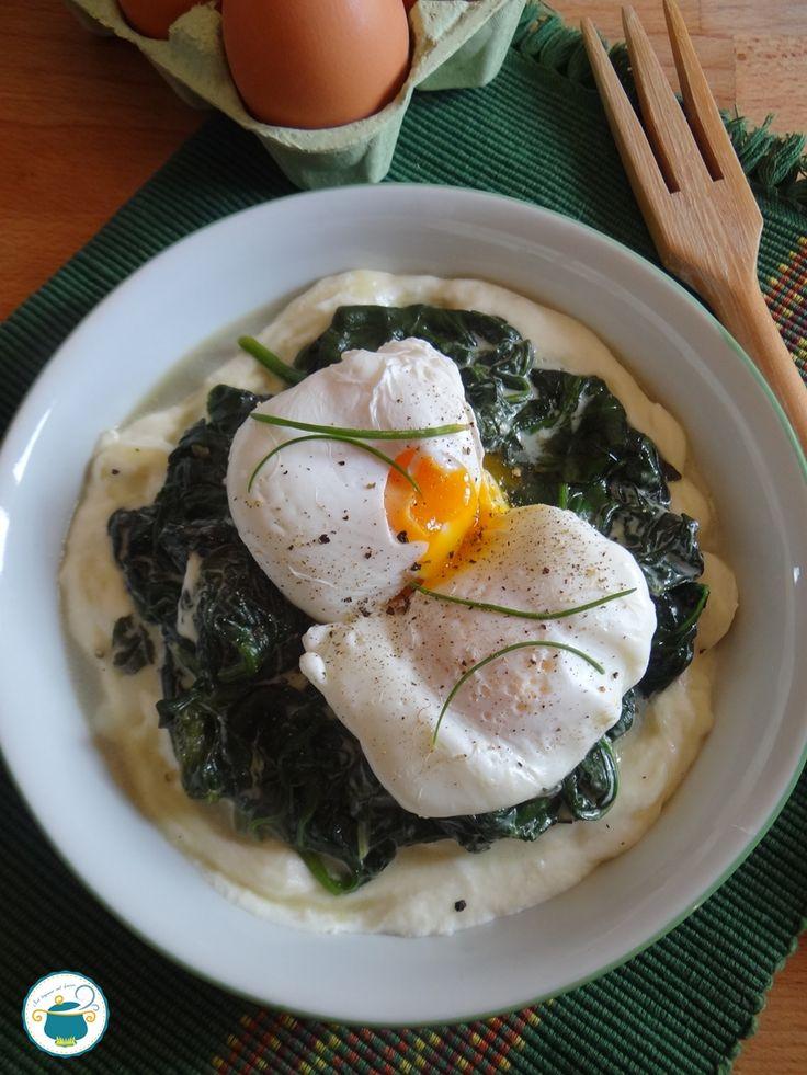 Uova in camicia con spinaci su fonduta di toma