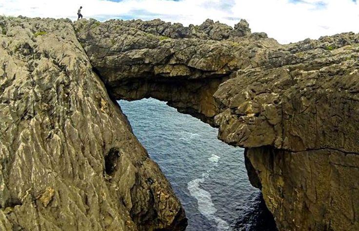 Qué es el Complejo de Cobijeru?.. una playa única, cuevas y un arco natural junto a una costa de impresión. Cobijeru capricho inusual… pero sobre todo muy bello. Un laberinto rocoso con arcos, balcones, una playa interior y una cueva que termina con una salida al mar. Este complejo, ubicado en el oriente asturiano,…