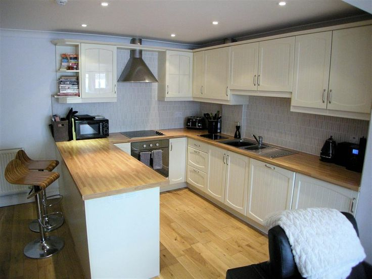 This stunningly present five star property in Victoria Street is now available to book. Sleeping four people it's only a stones throw to the South Beach and town walls. Prices form £375 to £735 for seven night. Call 01834 844565 to book.