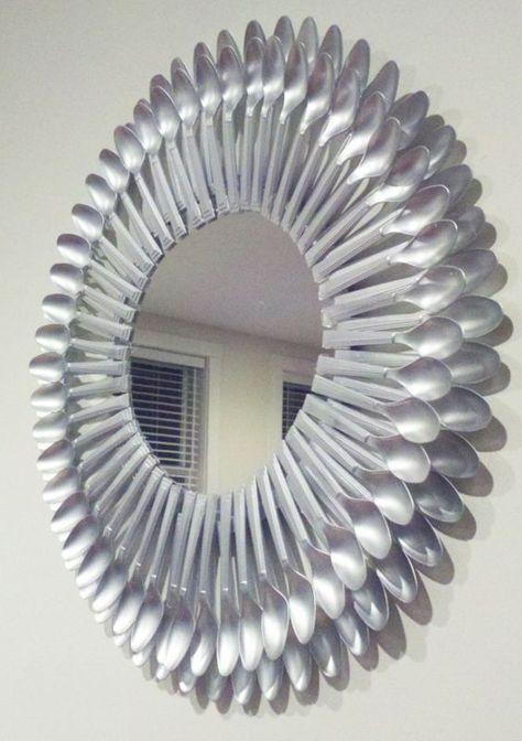 Moldura de espelho feito com colheres de plástico