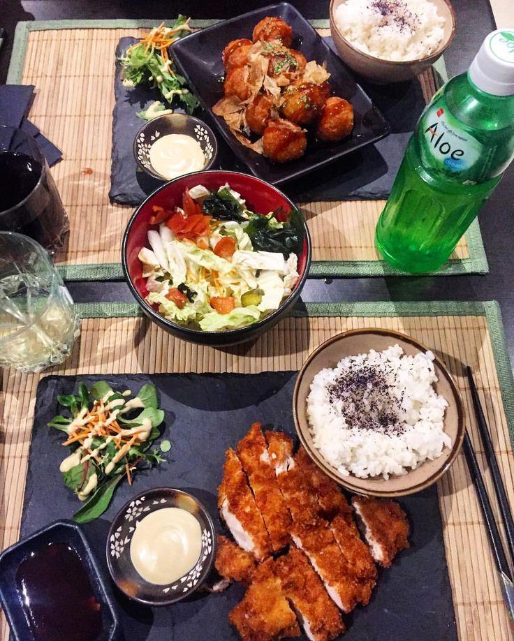 """On a tellement entendu parler de ce fameux restaurant japonais """"Matsumotoya""""...! J'y suis allée et... je ne suis pas déçue. Nous avons été bien accueillis, la serveuse en kimono très sympathique.  On a le choix entre s'assoir sur une chaise ou bien pieds croisé """"par terre"""" comme au japon. Concept au top   nous avons pris : des boulettes de poulpe  , chicken frit , salade de choux incontournable, riz  et comme boisson : la fameuse Aloe vera . On a tous simplement adoré. Le..."""