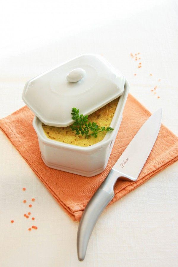 Terrine bio de lentilles corail, curry et noix de coco •150 g de lentilles corail •1/2 oignon •1 gousse d'ail •2 cc bombées de curry •1 cc rase de sel aux herbes •2 cas d'huile d'olive •2 cas d'arrow-root •20 cl de lait de coco •4 g d'agar-agar (soit 1cc)