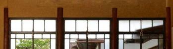 谷中の名所、朝倉彫塑館。猫の愛らしい彫刻目当てに訪れた人も多いのではないでしょうか。2009年から保存修復工事が行われていましたが、10月29日に約4年半の時を経て、リニューアルオープンとなりました。朝倉彫塑館は、彫塑家・朝倉文夫のアトリエ兼住居。約57年間、亡くなるまでここで創作を続け、指導の場として活用し続けました。庭との一体感を大切にした空間意匠は、芸術を「自然と人生との象徴形」と捉えていた朝倉ならではのもの。室内から覗く美しい庭園が、心を和ませます。アトリエの床は板を1枚1枚剥がして状態を確認後張り直して漆を重ね塗り、昭和30年代の写真をもとに照明を復原したりと、ひとつひとつ丁寧に補修された館内には、あたたかい空気と心地よい時間が流れています。朝倉晩年、昭和30年代後半当時の風景が見事に蘇った朝倉彫塑館。週末の下町散歩コースにおすすめです。(Pen編集部)