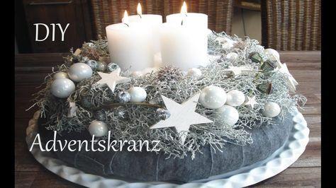 Heute zeige ich euch wie mein Adventskranz dieses Jahr aussehen wird. Viel Spaß :-) ______________________________ Material: - Kranz mit Stacheldrahtkraut - Strohrömer mit Filzband umwickelt - weiße Kerzen - weiße kleine Christbaumkugeln versch. Größen -. Diy,