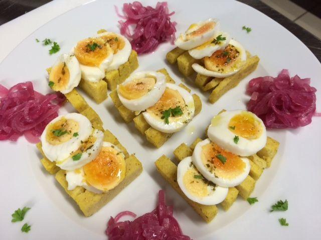Uovo su letto di polenta, accompagnato da cipolle caramellate