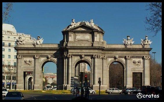 """Na avenida os meus passos perdem-se numa multidão de gente. Vejo homens que procuram uma saída outros caminham para a guerra carregados de armas e munições, crianças choram na hora da despedida. Na """"Porta de Alcalá"""" tudo se passa, vejo aviões que cruzam o céu, carregados de bombas. Alguém resiste na """"Porta de Alcalá"""" gritando """"No pasaran""""! Todos os tiranos, abraçam-se como irmãos.  Na """"Porta de Alcalá"""" inicia-se a revolução! (memória dos Ⓐnarquistas mortos pela liberdade nas """"Portas de…"""