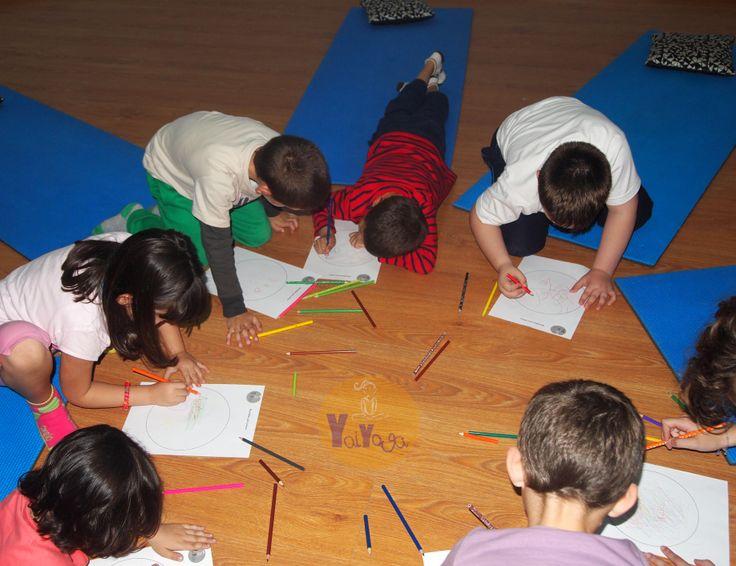 Los niños coloreando mandalas en su clase de yoga, mejorando su concentración y logrando calma #yogaparaniños #yogakids