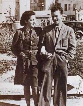 Paraquedista judia Hannah Szenes com seu irmão antes de partir para a Europa em uma missão de resgate. Foto tirada na área do Mandato Britânico então denominada Palestina. Março de 1944.