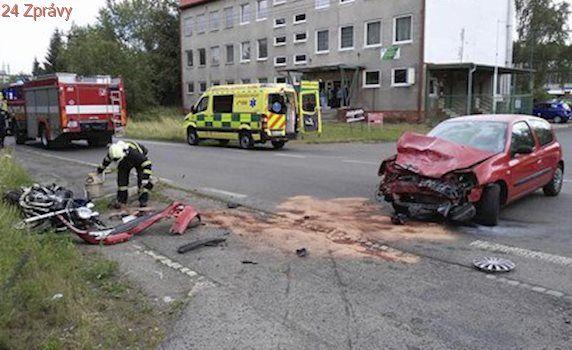 Řidička auta nedala přednost motorce: Pro vážně zraněného spolujezdce letěl vrtulník