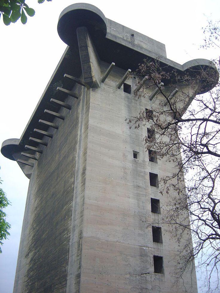 Vienna flak tower - Flakturm VII – Augarten, Vienna. Copyright © 2005 David Monniaux