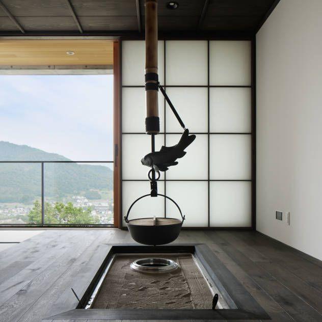 囲炉裏のある和室~甲府 I さんの家 : Aziatische mediakamers van atelier137 ARCHITECTURAL DESIGN OFFICE