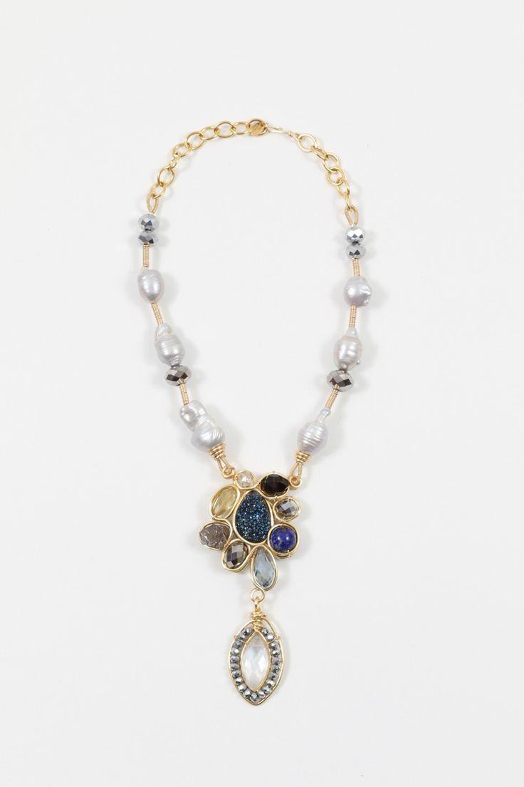 Collar flower | Basics Collar en cobre con centro de piedras en forma de flor con dije colgando y engarzado con perlas barrocas.