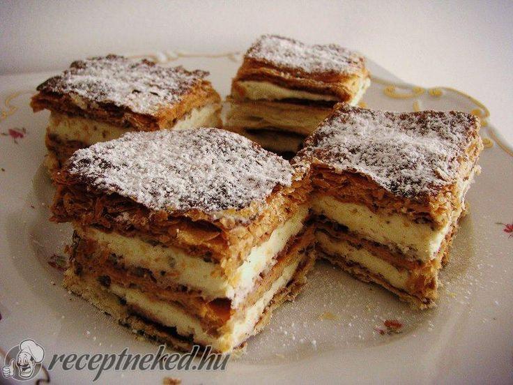 Hozzávalók: 1 csomag (25 dkg) leveles tészta 1 ek holland, cukrozatlan kakaópor 1 kk fahéj Krém: 250 ml habtejszín 25 dkg mascarpone sajt 1 csomag zselatin